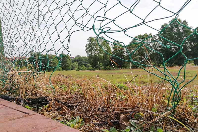 Naprawa ogrodzenia, siatka ogrodzeniowa, dziura, rdza